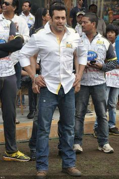 Salman Khan dances to SRK's 'Lungi Dance'