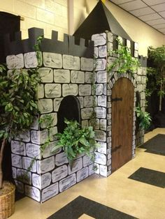 Kingdom Rock draw bridge & chain (cardboard and paper chain) We could use the rope chain like the describe on the DVD. The cardboard bridge looks very very eas Cardboard Castle, Cardboard Crafts, Cardboard Houses, Castles Topic, Castle Classroom, Castle Party, Castle Doors, Medieval Party, Medieval Castle