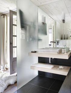Blanco y negro.El armonioso juego del blanco y el negro se mantiene entre los sanitarios y el suelo de granito de Zimbabwe con el que se ha revestido la zona del lavabo y la bañera.