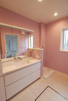 色彩を楽しむ二世帯の家   ペインティングウォール   専用壁紙と塗り替えられるペイント壁