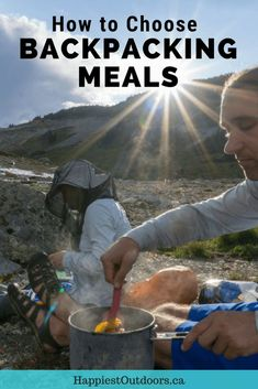 How to choose backpacking meals: From grocery store food, to home dehydrated dinners and pre-packaged meals use these tips to find the best camping dinners. Hiking Food, Backpacking Food, Hiking Tips, Hiking Gear, Hiking Backpack, Camping Meals, Camping Hacks, Tent Camping, Ultralight Backpacking