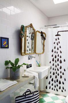Baño moderno con espejo vintage, piso calcáreo nuevo y mesada en hormigón (Galliano-Rivolta).