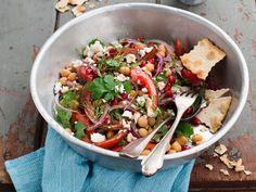Kichererbsen-Paprika-Salat mit Schafskäse ist ein Rezept mit frischen Zutaten aus der Kategorie Gemüsesalat. Probieren Sie dieses und weitere Rezepte von EAT SMARTER!