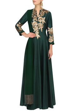 Manish Malhotra Featuring a emerald green kalidaar in dupion crepe fabric with gold sequins rose flower embroidery on bodice. It comes along with matching green pants in dupion crepe fabric and emerald green dupatta in chiffon fabric. Abaya Style, Indian Bridal Outfits, Indian Dresses, Abaya Fashion, Indian Fashion, Fashion Men, Fashion Online, Latest Long Dresses, Mode Bollywood