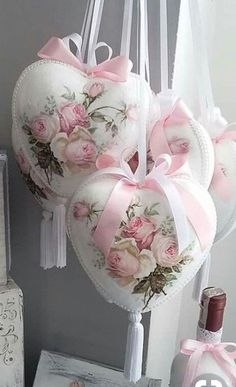 Want to know more about shabby chic cottage Rosa Shabby Chic, Style Shabby Chic, Shaby Chic, Shabby Chic Crafts, Shabby Chic Christmas, Victorian Christmas, Pink Christmas, Christmas Ornaments, Christmas Mantles