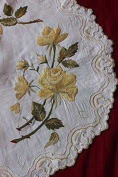 Sociedad De Seda Antiguo funcionen mano Emb Amarillo Rosas En Centro De Mesa Lino c1890-1900