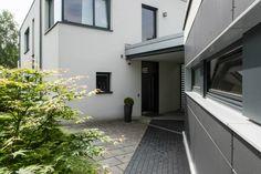 Dieses moderne Einfamilienhaus punktet mit einer idyllischen Lage und einer darauf ausgerichteten, zeitgemäßen Architektur.