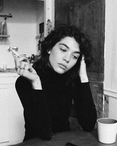 Pretty People, Beautiful People, Cigarette Aesthetic, Style Parisienne, Foto Instagram, Women Smoking, Looks Cool, Film Photography, Aesthetic Pictures