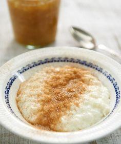 Milchreis mit Zimtzucker: Milchreis versetzt uns zurück in unsere Kindheit. Die süße Speise schmeckt schon immer herrlich, sättigt, wärmt und manchmal tröstet sie sogar.