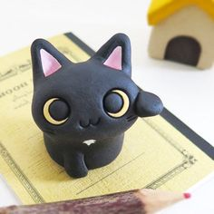 """die hübschen kleinen winken schwarze Katze You are in the right place about Polymer Clay Crafts anime Here we offer you the most beautiful pictures about the Polymer Clay Crafts sculpting you are Sculpey Clay, Polymer Clay Kunst, Polymer Clay Kawaii, Polymer Clay Sculptures, Polymer Clay Animals, Polymer Clay Charms, Polymer Clay Projects, Polymer Clay Creations, Sculpture Clay"