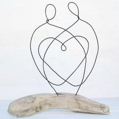Bois flotté et fil ont été soigneusement reconstitué ensemble pour créer cette belle, loving couple sculpture. La grève a été façonné par le fleuve Fraser au Canada et est laissé dans son état naturel. Les chiffres de fil ont été fabriqués par mes soins dune seule longueur de fil, pour signifier la beauté dune nouvelle famille à la main. Cette pièce est denviron 8,5 de large x 9,5 « de hauteur x 2,5 » profond Inspiration provient de nombreux endroits et tout mon travail est fait à main…