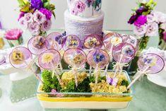 pirulitos de caramelo com flor amor perfeito dentro para combinar com a festa inspirada na flor.