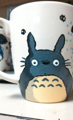 Una linda mano Totoro taza pintada. Perfecto como regalo o simplemente como decoración. La taza es un ejemplo de cómo podría parece, lo puedo ajustar si