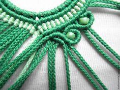 aros forrados en macrame tutorial Materiales a usar 1. El aro redondo de 3,5 cm – par. 2. Cuentas de 4 mm 12 unidades 3. hilo verde – 11,2 metros 4. hilo verde claro &…