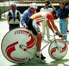 Francesco Moser with his infamous big wheel bike for attacking the world hour record. Cycling Art, Road Cycling, Cycling Bikes, Bmx, Pimp Your Bike, Tricycle, Vintage Cycles, Fixed Gear Bike, Bicycle Race
