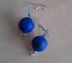 Boucles d'oreilles rondes bleues à pois noirs et noeud