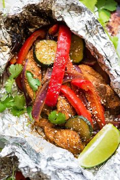EASY Grilled Chicken Fajitas in Foil Packets. Better than a restaurant! Perfect for fast, healthy summer dinners. No special spice packet . Foil Packet Dinners, Foil Pack Meals, Foil Dinners, Foil Packets, Weeknight Dinners, Chips Ahoy, Grilling Recipes, Cooking Recipes, Healthy Recipes