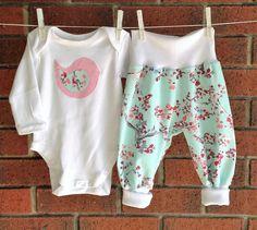 LINDO traje de bebé aqua baby floral conjunto por TwoBlackRabbits