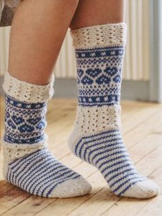Knit up these detailed patterns and lace socks in Novita 7 Veljestä. This yarn contains Wool and Polyamide. The softness of the yarn comes from the high-quality wool, the strength from the polyamide used. Lace Socks, Crochet Socks, Wool Socks, Knitting Socks, Hand Knitting, Knit Crochet, Crochet Style, Knitting Blogs, Knitting Patterns Free