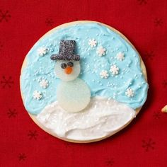 How to create a cute snowman gumdrop cookie: http://www.midwestliving.com/food/holiday/how-to-decorate-dazzling-cookies/?page=2