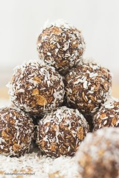 No-bake Swedish Chocolate Balls. Also known as 'Chokladbollar' in Sweden. No baking required; just some rolled oats for these 'less' sinful treats! Chocolate Balls Recipe, Chocolate Oats, Chocolate Desserts, Swedish Dishes, Swedish Recipes, Swedish Foods, Walnut Cookies, Buttery Cookies