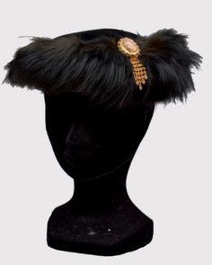 * Bibi en velours noir et fourrure de renard agrémenté d'un bijou enstrass et cabochon en verre, circa 1950-1960 - SCHIAPARELLI Paris