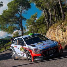 Hyundai i20 WRC 2016 Tá rolando etapa do World Rally Championship o rali da Catalunya na Espanha. Na foto o neozelandês Hayden Paddon quarto no campeonato de pilotos da WRC. A prova termina neste domingo e o francês Sébastien Ogier está próximo do quarto título no @officialwrc.  O Hyundai i20 tem motor 1.6 turbo preparado pela @hmsgofficial. O bloco rende 300 cv com torque de 400 Nm e câmbio automático sequencial de seis marchas. Faz de 0 a 100 km/h em 4s e máxima de 224 km/h…
