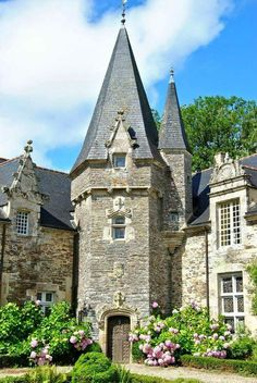"Rochefort-en-Terre is a designated ""Petite Cité de Caractére"". The medieval chateau located in the town was the home of American painter Alfred Klots. He purchased the chateau in the early and oversaw its restoration. French Architecture, Architecture Details, Photo Chateau, Old French Doors, Region Bretagne, Small Castles, French Castles, Brittany France, Ville France"