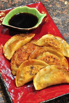 vegan potstickers- the thing about these for me at least will be the oil they are cooked in but maybe I could try it without Vegan Foods, Vegan Snacks, Vegan Dishes, Vegan Treats, Raw Vegan, Vegan Vegetarian, Vegetarian Recipes, Healthy Recipes, Samosas