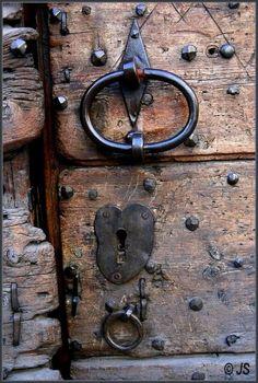 Super old door art knock knock Ideas Door Knobs And Knockers, Knobs And Handles, Door Handles, Antique Doors, Old Doors, Windows And Doors, Old Keys, Door Detail, Door Furniture