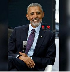 "Oh yes POTUS Obama The Beard is definately a YES 🖤❤🖤* Did my President join the ""beard gang""? Not a bad look on him. Barack Obama Family, Michelle And Barack Obama, Barack Obama Pictures, Obama Photos, Malia Obama, Black Men Beards, Handsome Black Men, Black Man, Black Is Beautiful"