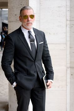 Nick Wooster Don Draper classic menswear swag, aviators pinstripe suit Old Man Fashion, Mens Fashion Suits, Mens Suits, Male Fashion, Fashion Ideas, Men's Black Suits, Nick Wooster, Hipster Cafe, Style Gentleman