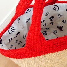 お待たせしました~前回告知していました、麻ひもバッグの持ち手の編み方です。ただ麻ひもバッグのリメイクで編んだ麻ひもバッグは青木恵理子さんのレシピなんです。ここでそのままやってしまったら著作権的にどうなのかとか、小心者の私は心配で倒れそうなので…。レシピを参考に自分で編んでみて、持ち手をきれいに編めるポイントを公開したいと思います~。麻ひもじゃなくてペーパーヤーンですが、編み方は同じです。まずは側面まで編んだら、糸を休ませておきます。糸を休ませておいた糸玉ではない新しい糸玉を使います。もしくは麻ひもなら外側の糸を使います。そうしたら印をつけてバランスをみます。ピンク→入れ口の半分のところイエロー→持ち手の芯になるところグリーン→持ち手の出来上がり幅もしもお家に編み物用の目数リングが無くてもわざわざ買う必要はありま...麻ひもバッグの持ち手、解説。 Handmade Bags, Diy And Crafts, Handbags, Stitch, Hampers, Bags, Knit Bag, Amigurumi, Rugs