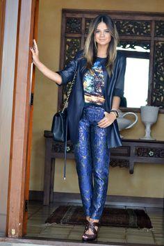 Look azul marinho com calça de textura by Thassia Naves.
