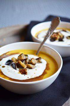 Orientalische Gelbe-Linsen-Suppe mit Joghurt-Aberginen-Topping und Gewürzöl