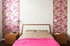 Piękna sypialnia w apartamencie w Warszawie. Ściana z białej cegły w zestawieniu ze wzorzystą tapetą. Więcej tutaj: http://warszawa.domiporta.pl/nieruchomosci/wynajme-mieszkanie-warszawa-mokotow-ksawerow-apt-pok-prestiz-60m2/134697754