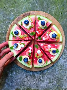 English: A guilt-free watermelon fruit pizza to use all your leftover fruit and for your healthy summer body? I really like the idea of using a melon for a