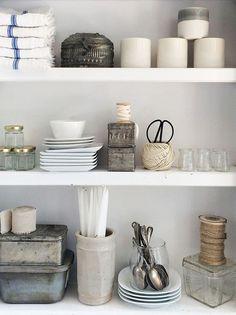 Pretty kitchen shelf arrangement