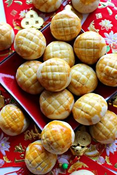 Pineapple Cookies (凤梨酥) for Chinese New Year- Join in the celebration of Chinese New Year with these melt-in-your-mouth buttery shortbread with a fruity pineapple center! @ themondaybox.com