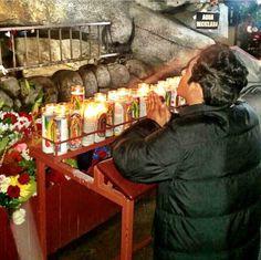 Ariel Camacho rezando a la Virgencita