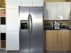 Aimez-vous les cuisine deux tons ? French Door Refrigerator, French Doors, Kitchen Appliances, Design, Home, Two Tones, Diy Kitchen Appliances, House, Home Appliances
