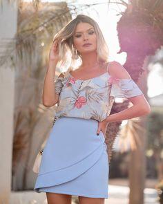 Linda saia transpassada em crepe, disponível no site da Pitanga SP <3 Suit Fashion, Look Fashion, Fashion Outfits, Sunday Outfits, Outfits For Teens, Short Dresses, Summer Dresses, Western Outfits, Womens Fashion For Work