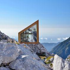 Les architectes OFIS ont construit un abri alpin pour les grimpeurs de la montagne Skuta en Slovénie. L'abri constitue un nouveau symbole de refuge.