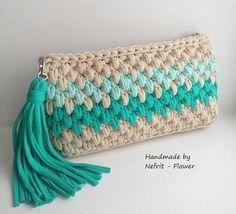 Bonito clutch o bolso de mano a crochet, en punto garbanzo, con borla, en trapillo. Crochet Diy, Crochet Pouch, Love Crochet, Crochet Crafts, Crochet Bags, Crochet Handbags, Crochet Purses, Yarn Projects, Crochet Projects