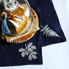 Broderies de feuilles sur serviettes de table par @yumikohiguchi on instagram