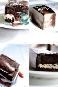 kinder fatto in casa: Torta di cioccolato:   3 uova  90g di zucchero  75g di farina  40g di cacao in polvere non zuccherato  Specchio cioccolato:  100ml parzialmente scremato latte  50g di zucchero a velo  25 g di cacao amaro in polvere  1 cucchiaio. rum (opzionale) 1 foglio di gelatina schiuma di latte di cocco:  165g mascarpone 90g latte concentrato zuccherato 50g cocco grattugiato Vetri e finitura: 250g di cioccolato fondente di cocco 20g grattugiato