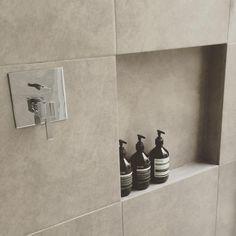 ボトル達を収めるタイル一枚分のニッチ。意外と沢山置けます  #マイホーム#マイホーム完成 #バスルーム #ニッチ #イソップ #フォンテトレーディング #グレータイル #開放的な空間 #aesop #fontetrading #オーバーヘッドシャワー#bathroom