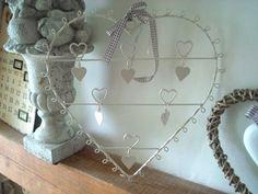 Suspension porte photo réalisée en métal de couleur blanc en forme de coeur , déco coeur