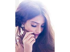 Gorgeous bollywood actress Sonam Kapoor had a stunning photoshoot for designer Shehla Khan for promoting the newly designed clothes. Have a look! Sonam Kapoor, Sunita Kapoor, Arjun Kapoor, Indian Celebrities, Bollywood Celebrities, Bollywood Fashion, Bollywood Stars, Vitamin E Hair, Hair Growth Treatment