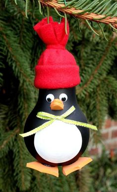 Penguin Christmas Tree Ornament made from a recycled by WeaveNSew (this is the cutest light bulb ornament I've ever seen! Homemade Ornaments, How To Make Ornaments, Homemade Christmas, Diy Christmas Gifts, Christmas Art, Christmas Projects, Christmas Light Bulbs, Christmas Ornament Crafts, Holiday Crafts